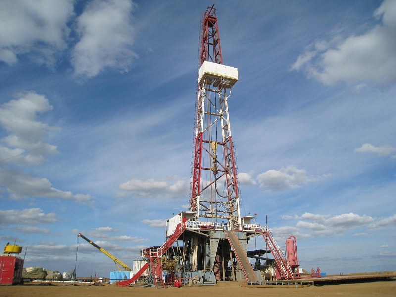 Современное высокотехнологичное оборудование для бурения нефтяных скважин позволяет транспортировать природный ресурс на поверхность земли быстро и без потерь